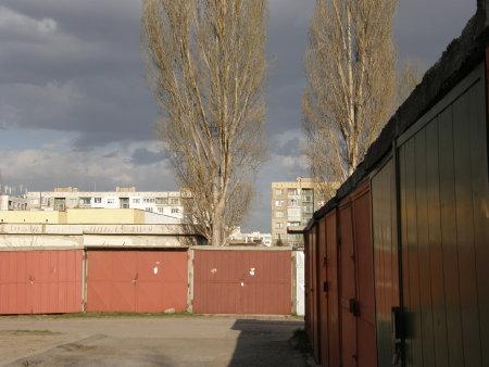 гаражи, блокове и две липи, облачно небе