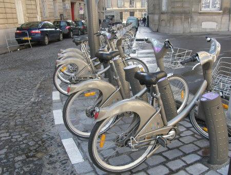 колела по улицата на Париж