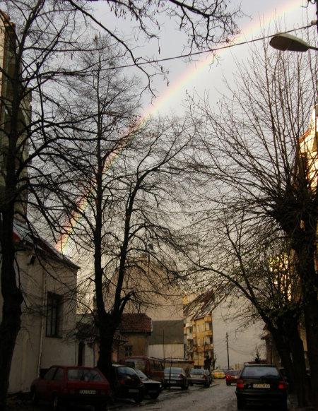 още една снимка на дъгата с улицата този път