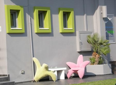 звездите си говорят - два стола във формата на звезда, три зелени прозореца над тях