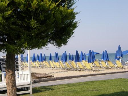плаж, море, небе, пясък, чадъри, дърво