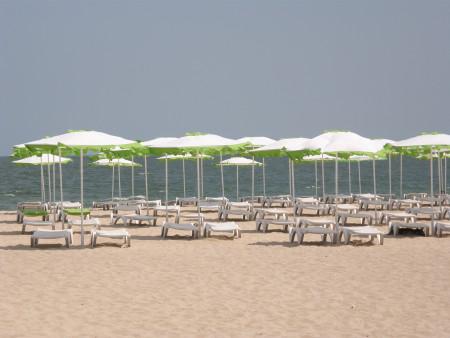 плажа на Варна през май - празен и приятен, чадъри, пясък, море