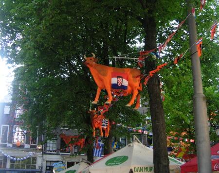 оранжеви крави по дървета