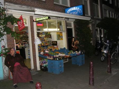 туркиня-продавачка пред магазинчето си за всичко