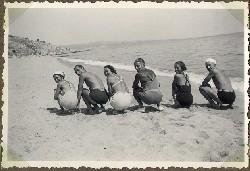 весели хора на плажа - стааара снимка от архива на моя чичо Оник Безазян