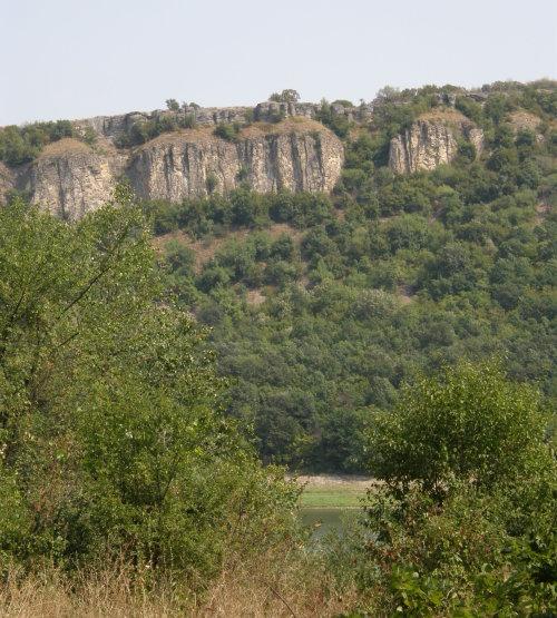 скалите на еменския каньон и част от язовир Негованка