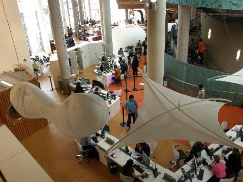 модерната част от Каледонския университет на Глазгоу