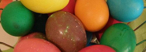 шарени яйца, боядисани на Велики четвъртък преди изгрев слънце