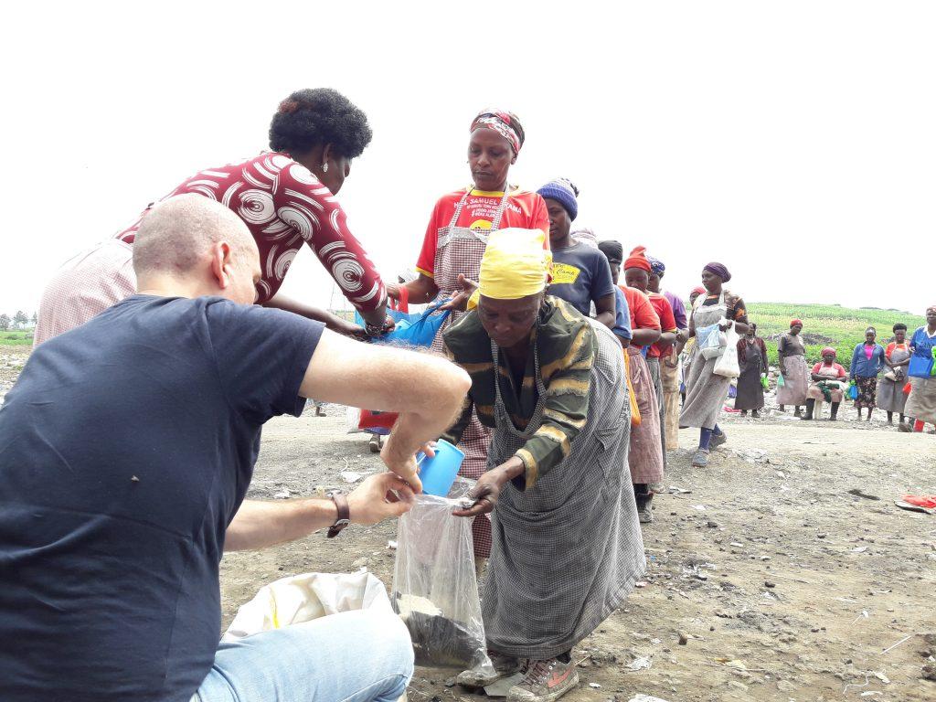 раздаваме ориз на семейства, живеещи на сметището