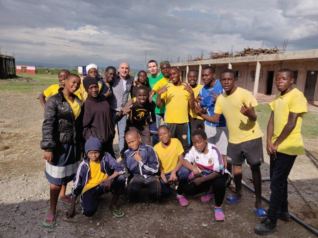 заедно с учениците от Rain Edge High school, в гр. Накуру, Кения